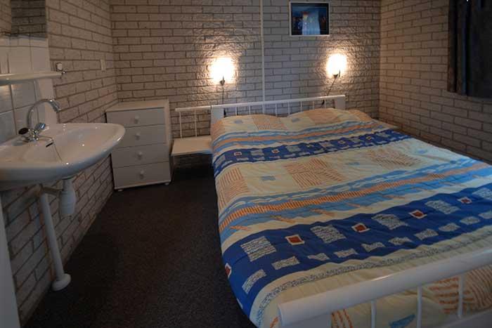 slaapkamer-met-wastafel-op-begane-grond